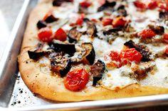 Pizza de tomate y berenjena http://thepioneerwoman.com/cooking/2010/02/my-favorite-pizza/