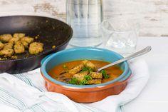 Recept voor tomatensoep voor 4 personen. Met zout, olijfolie, peper, tomaat, brood, gepelde tomaten, bleekselderij, wortel, knoflook, peterselie, groentebouillonblokje en balsamicoazijn