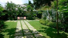 camino de jardin con baldosas cuadradas paralelas