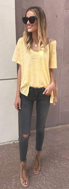 Idée et inspiration look d'été tendance 2017   Image   Description   #summer #outfits  Yellow Tee + Dark Destroyed Skinny Jeans + Brown Lace-up Sandals