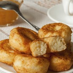 This cottage cheese donut recipe is also traditionally known as papanasi in Romania. Cottage Cheese Donuts Recipe from Grandmothers Kitchen. Beignets, Donut Recipes, Baking Recipes, Donuts, Just Desserts, Dessert Recipes, Cottage Cheese Recipes, Grandmothers Kitchen, Good Food
