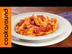 (1) Penne all'arrabbiata / Ricetta tradizionale - YouTube Pasta Sauces, Pasta Recipes, Chicken Recipes, Italian Cooking, Italian Recipes, Moussaka, Food Videos, Food To Make, Noodles