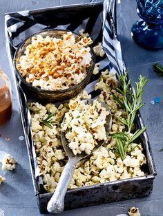Selbstgemachtes Popcorn sorgt für echtes Kinofeeling zuhause! Mit unserem Rezept bekommst du gleich zwei einfach Rezepte - einmal süß, einmal salzig! Jetzt fehlt nur noch die Lieblingserie... #popcorn #partyfood #süß #salzig #kinozuhause #tvsnacks #snacks #rezepte #snacksselbermachen