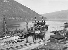 Dimanche 20 Février 1944 : Le Ferry SF Hydro explose et sombre sur le lac Tinn, dans le comté norvégien de Telemark,  avec ses passagers et son chargement. Le ferry transportait de l'eau lourde (oxyde de deutérium pour la réalisation d'une bombe  atomique). Faute d'avoir reçu d'eau lourde à temps, les allemands avaient perdu la capacité de disposer de l'arme atomique. Photo d'ullistration : Le Ferry SF Hydro en 1925