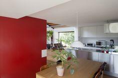 Cocina-con-pared-roja-en-casa-de-un-nivel.jpg (950×633)