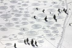 Step by step this massive snow drawing was trampled into freshly fallen snow by How beautiful is this! Sonja Hinrichsen, with the help of 5 volunteers, stepped out this design Rabbit Ears Pass in Colorado. It looks like a snow quilt. :)