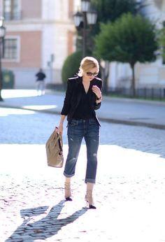"""Uma das principais dúvidas entre as mulheres é """"Como usar calça jeans dobrada? Todas as mulheres podem usar?""""! A Calça jeans dobrada, pode ser skinny, mom, boyfriend, é uma maneira de modernizar seu looks com jeans e deixar o resultado mais despojado e atual. Quando dobramos a barra da calça, cortamos a silhueta, já que …"""