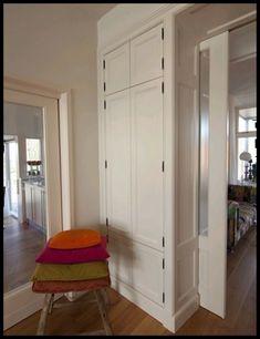 Kamer en suite kast in jaren 30 stijl. Mudroom, Interior Inspiration, Tall Cabinet Storage, Entryway, New Homes, Living Room, Building, Kitchen, Houses