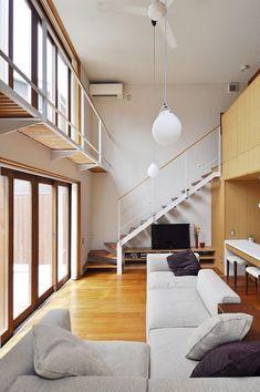 ライトを吊り下げているのは吹き抜けの高さを意識させるため。 Small Space Staircase, Staircase Design, Loft Design, House Design, Steel Building Homes, High Ceiling Living Room, Loft House, Splow House, Beautiful Interior Design