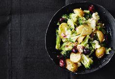Erdäpfel-Brokkoli-Salat mit Cabanossi und Oliven Cobb Salad, Feta, Broccoli Salads, Lettuce Recipes, Olives, Apple