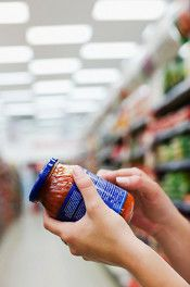 Most of the features of a food label are completely irrelevant to nutritionists, but other things are helpful. So what should you be looking for? Find out in this article from Know the Cause! Health And Wellness, Health Tips, Health Blogs, Reading Food Labels, Unprocessed Food, Healthy Shopping, Food Facts, A Food, Food Tips