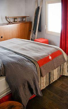 La chambre Pente dans le Chalet Nantailly. Un chalet à la montagne design, écologique et panoramique pour 15 personnes en Savoie. Coin, Lemaire, Parents, Bed, Design, Furniture, Home Decor, Exterior Decoration, Home Decoration