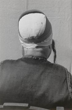 Demonstratie van het zetten van de 'grote kap', door mejuffrouw De Groot uit Marken. Over de ondermuts wordt een kartonnen steunvorm gespeld: de 'brief'. De brief zorgt voor het gewenste silhouet. 1943 #NoordHolland #Marken