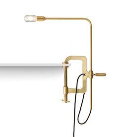 Luminária de mesa Gramp, de latão, de Jader Almeida