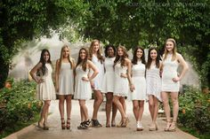 mira todos los tips de este articulo Group of high school senior friends take a portrait together in Phoneix before heading off to college Prom Pictures Couples, Homecoming Pictures, Prom Couples, Prom Photos, Large Group Posing, Large Group Photos, Group Photo Poses, Prom Picture Poses, Family Picture Poses