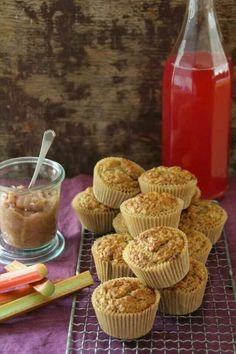 An easy rhubarb muffin which will also give you rhubarb syrup. A delicious start to the morning. (in Norwegian) Rhubarb Syrup, Rhubarb Muffins, Brunch Recipes, Recipies, Baking, Breakfast, Sweet, Food, Cupcake
