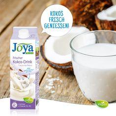 Frisch aus dem Kühlregal kommt der Frische Kokos Drink ohne Zuckerzusatz. Dem beliebten Drink mit Kokosnussmilch und Reis wirst du nicht widerstehen können. Genieße ihn zu Cerealien, Shakes oder als Milchersatz in der pflanzlichen Küche.  Auch für alle, die laktose- und sojafreie Drinks suchen, ist er die richtige Wahl.  Der Frische Kokos Drink wartet im Kühlregal auf dich! #kokosdrin #kokos #reisdrink #vegan #laktosefrei #frisch #milchalternative #milchersatz #joyaworld #joya Smoothie, Vegan, Vitamin C, Glass Of Milk, Drinks, Food, Fresh, Products, Simple
