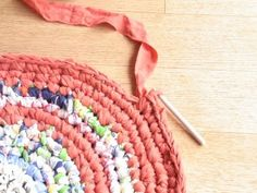 Wie du dir aus Stoffresten und Bettlaken einen Teppich häkeln kannst erfährst du in dieser Anleitung. Ein tolles Upcycling Projekt für dich.