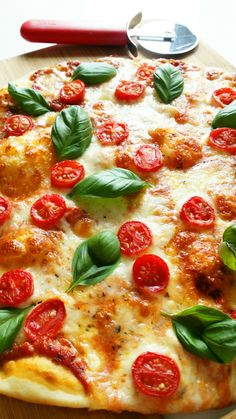 pizza margheritta z pomidorami Pizza Hut, Pizza Dough, Pizza Recipes, Dinner Recipes, Desert Recipes, Pepperoni, Meals, Cooking, Food