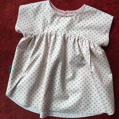 Gratis mønster på en kjole du selv kan sy til din lille pige. Det er lige til at hente online, og nemt at printe selv og sy.