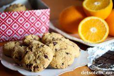 Dette er deilige, amerikanske chocolate chip cookies som får en myk konsistens fordi de lages med både hvitt sukker, brunt sukker og sirup. Revet appelsinskall, vanilje og sjokolade gir den gode smaken! Appelsin og sjokolade er jo deilige smaker til jul. Cookiesene kan gjerne lages nå og oppbevares i kakeboks eller fryser frem til jul. Biscuit Cookies, Biscuit Recipe, Recipe Boards, Biscuits, Sweet Treats, Chips, Vegetarian, Vegan, Baking