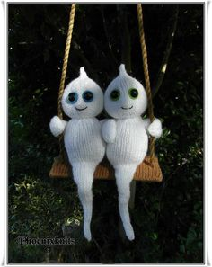 Swinging together forever ghosties Knitting pattern by Phoenixknits Halloween Doll, Halloween Ghosts, Spooky Halloween, Halloween Decorations, Halloween Crafts, Halloween Crochet Patterns, Christmas Knitting Patterns, Knit Patterns, Crochet Ideas