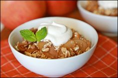 If you like to keep your diet natural, you can still enjoy dessert! These Banana Split Bites and this Ooey-Gooey Slow-Cooker Apple Goodness are sweet and delicious without anything artificial. Slow Cooker Desserts, Crockpot Dessert Recipes, Slow Cooker Apples, Crock Pot Desserts, Healthy Slow Cooker, Crock Pot Cooking, Ww Recipes, Apple Recipes, Healthy Desserts