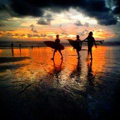 WorldWide Travel Ocean Girl: Naturaleza y olas en Santa Teresa,Costa Rica. Surfers saliendo del agua en el atardecer