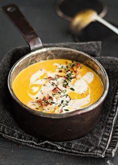 Täyteläisen sosekeiton salaisuus piilee kurpitsoissa. Kasvisliemeen tehtynä se sopii kasvissyöjillekin. Halutessasi keittoon saa lisämakua pancettapaloilla.