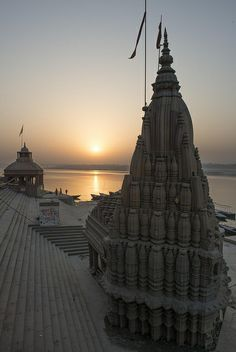 River ganga varanasi india the oldest continually inhabited city in the world years old Indian Architecture, Ancient Architecture, Beautiful Architecture, Monument In India, Places To Travel, Places To Visit, Life In Paradise, Hindu Temple, Varanasi