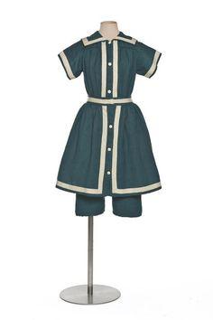 bathing suit France 1890 (to) Vintage Bathing Suits, Vintage Swim, Vintage Mode, 1890s Fashion, Edwardian Fashion, Vintage Fashion, Belle Epoque, Style Édouardien, Vintage Outfits