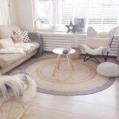 Deze sfeer is heerlijk! #inspiratie #kwantum #kwantumnajaar Pastel Interior, Interior S, Interior Design, Home And Living, Living Room, Textured Carpet, Woman Bedroom, Boys Room Decor, Home Furnishings