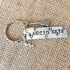 Harry Potter Accio touches porte-clés par TheBlackbirdBijou sur Etsy / Okay I need it now