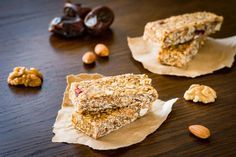 Try these 7 tasty recipes for protein-packed, antioxidant-rich energy bars. Protein Bar Recipes, Protein Bars, Sweets Recipes, Snack Recipes, Desserts, Easy Snacks, Yummy Snacks, Homemade Granola Bars, Energy Bites