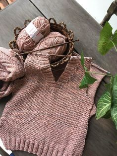 Amanda Blouse with Tie - Super knitting Baby Knitting Patterns, Knitting Stitches, Crochet Jumper, Knit Crochet, Diy Crafts Vintage, Knit Vest Pattern, Crochet Woman, Knit Picks, Easy Knitting