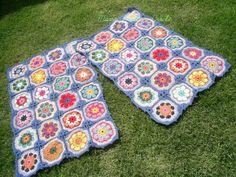 Tapetes retangulares confeccionado com barbante de excelente qualidade. Em destaque : squares formando flor africana Cor disponível : da foto R$ 180,00