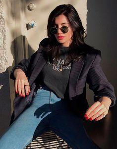 Julia Levestein usa jeans skinny com t-shirt e blazer vintage