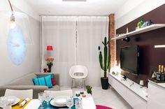 apartamento com decoração acessível #paineltv #escuro #sofacinza