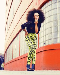 While I wouldn't dare wear those leggings, I love this look on Elle Varner. And don't get me started on that mean fro! #jealous