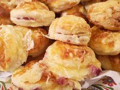 Sonkával töltött pogácsa Recept képpel - Mindmegette.hu - Receptek Canapes, Doughnut, Ham, Tapas, Bakery, Rolls, Food And Drink, Sweets, Cheese