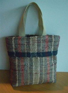 This quick and simple bag is woven from plastic bags that would otherwise go in the trash. #upcycle #weaving #plarn