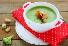 3 Outside-the-Mug Ways to Reap the Superfood Benefits of Matcha - Everup Cream Of Broccoli Soup, Green Soup, Japanese Matcha, Matcha Benefits, Romanian Food, Romanian Recipes, Superfood Recipes, Thai Coconut, Fresh Ginger