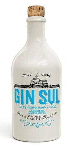 """Gin SUL """"Dry Gin"""" GIN SUL é um Gin de Hamburgo com raízes portuguesas - uma declaração de amor a este país maravilhoso, o mais ocidental da Europa. Os botânicos selecionados, frescos e de muita qualidade, a destilação em lotes pequenos, características cítricas e mediterrâneas distinguem GIN SUL. Um Gin que volta a saber a Gin - puro, como Martini ou Gin Tonic. Desfrute de Gin Sul com uma boa água tónica, uma casca de limão, muito gelo e, de preferência, um pôr-do-sol junto ao Atlântico."""