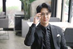 Beauty Inside behind Korean Actors, Korean Idols, Thai Drama, Japanese Men, Beauty Inside, Mens Glasses, Bts Boys, Lee Min Ho, Minho