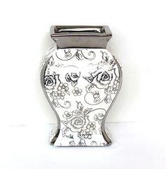 Vase Weiss mit silbernen Rosen aus Keramik. Wunderschön