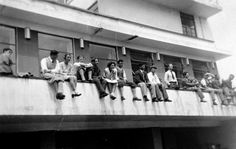 Bauhaus students on the parapet of the terrace cafeteria around 1931. Photo: Unknown, Bauhaus Dessau Foundation.