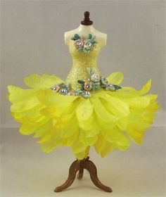 Ikle Company - The Dress Boutique. Flower skirt idea for fairy costume. Flower Skirt, Flower Dresses, Costume Carnaval, Dress Form Mannequin, Fairy Clothes, Maquillage Halloween, Fairy Dress, Flower Fairies, Mellow Yellow
