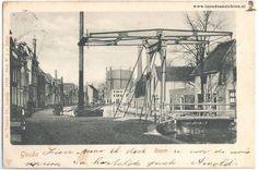 Koningsbrug over de Raam. Deze enkele ophaalbrug, die ook wel Roobrug werd genoemd (waarschijnlijk naar de kleur), dankte zijn naam aan de oude Koningstraat, zoals de Raam vroeger werd genoemd. De Koningsbrug lag over het water van de Raam tegenover de Aaltje Bakstraat en de Vlamingstraat.  Op de achtergrond de gasfabriek.