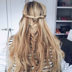 Learn more about clip-in remy hair extensions by Barefoot Blonde Hair by Amber Fillerup Clark. Search FAQ's, read our best how-to tips for remy hair extensions and shop now! Prom Hairstyles For Long Hair, Messy Hairstyles, Pretty Hairstyles, Wedding Hairstyles, Stylish Hairstyles, African Hairstyles, Wedding Updo, Summer Hairstyles, Barefoot Blonde