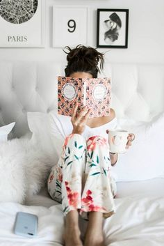 Reading in bed ∆∆∆ 8 Leadership Books All Women Should Read Satin Pyjama Set, Pajama Set, Hygge, Pajamas For Teens, Moda Floral, Cozy Pajamas, Woman Reading, Latest Fashion For Women, No Time For Me